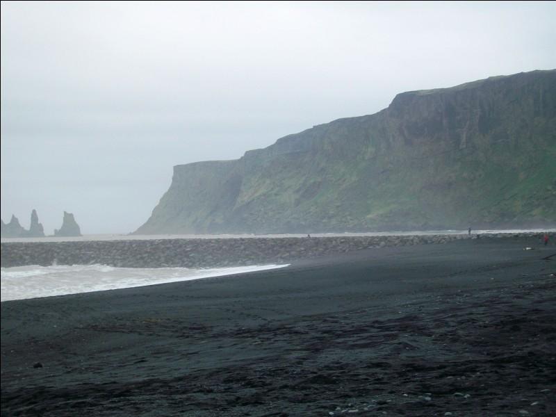 """Voici la plage de sable noir volcanique de Vik, signifiant tout simplement """"côte"""" en langue locale. Dans quel pays insulaire sommes-nous ?"""