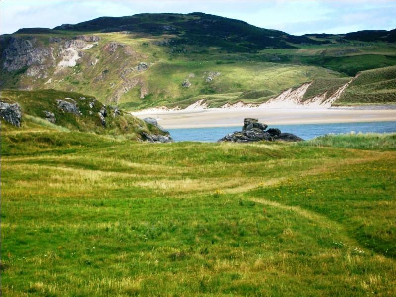 L'Irlande n'est pas spécialement réputée pour ses plages. Celle-ci est pourtant superbe et se situe dans le comté le plus au nord du pays. Quelle est ce comté ?