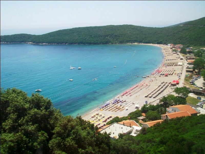 Cette plage-ci est plus propice à la baignade et au bronzage. Nous sommes dans un pays bordé par la mer Adriatique, ancienne province yougoslave puis serbe devenue indépendante en 2006. Quel est ce pays ?