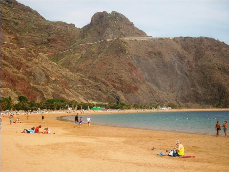 Toujours aux Canaries, mais cette fois à Tenerife, voici Playa de las Teresitas. Elle présente une particularité unique sur l'île. Laquelle ?