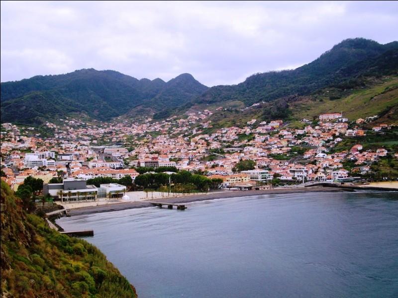 Cette plage se situe sur l'île portugaise de Madère, dans l'océan Atlantique. Quelle ville est la capitale de cette île ?