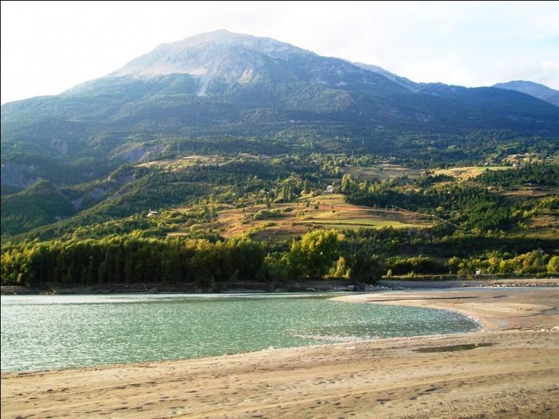 Nous voici de retour en France. Cette plage borde un lac artificiel partagé entre les départements des Hautes-Alpes et des Alpes-de-Haute-Provence. Quel est ce lac ?