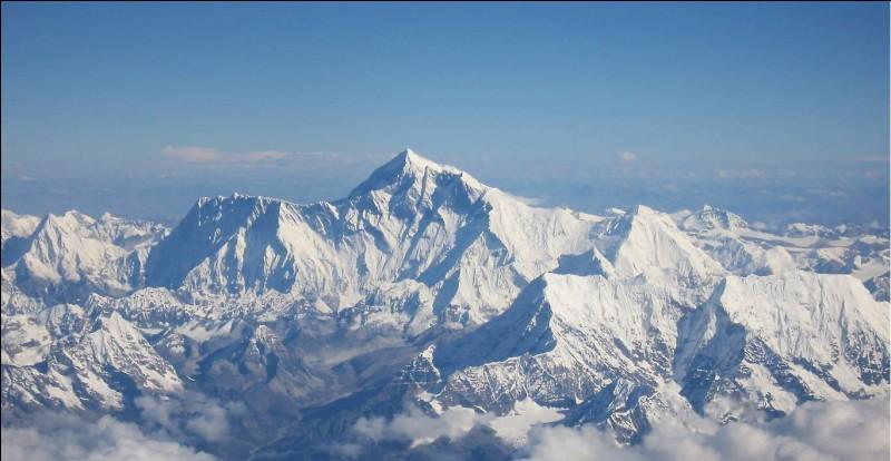 Le mont Everest est une montagne située dans la chaîne de l'Himalaya.