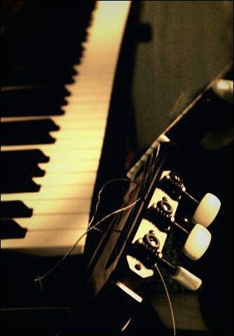 Quelle est la première chanson que Mika ait appris à jouer au piano ?