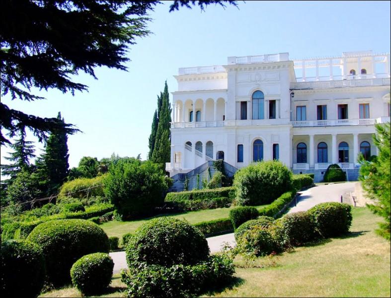 """Y - """"Yalta"""", ville de Crimée, est située au bord de la mer Rouge."""
