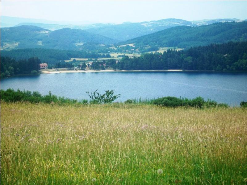 Quel est ce lac ardéchois, d'origine volcanique, situé à 1000 mètres d'altitude, dans l'ouest du département ?