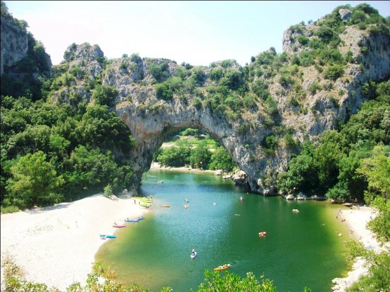 Les gorges de l'Ardèche abritent un grand nombre d'avens et de grottes. À quoi la grotte Chauvet doit-elle sa renommée ?