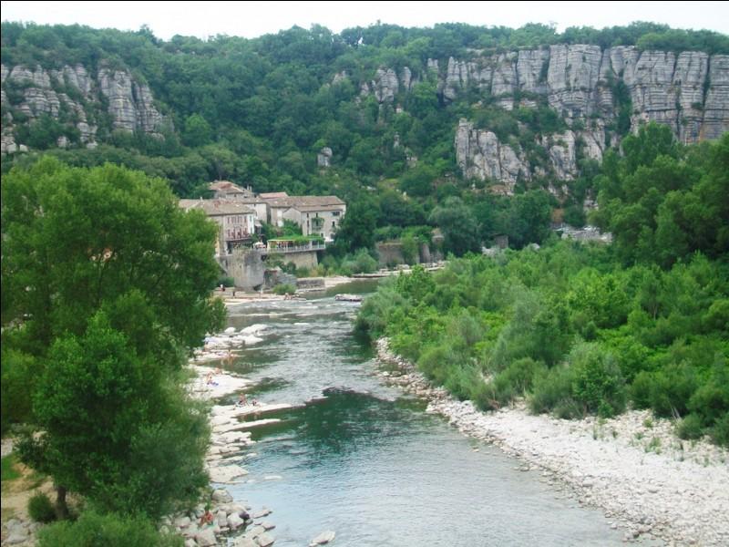Ce village des bords de l'Ardèche est classé parmi les plus beaux villages de France. Il est dominé par des falaises et par un château appartenant depuis des siècles à une famille noble qui donna son nom au village. Quel est-il ?