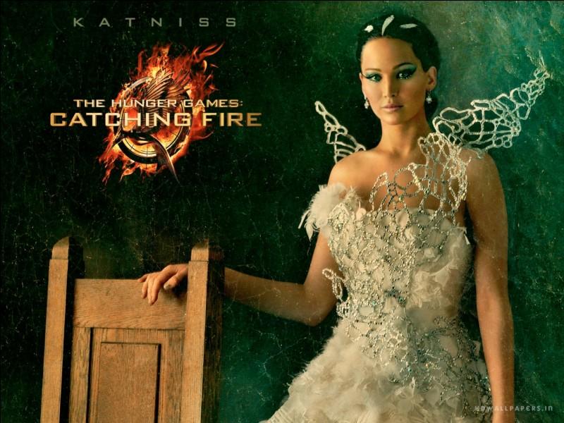 Qui embrasse Katniss au tout début du film ?