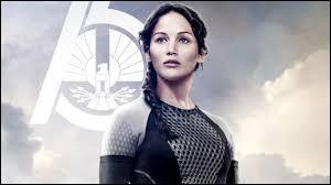 Que fait Katniss avec son arc au moment où la foudre va s'abattre sur elle ?