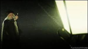 Cite le nom de l'objet avec lequel Dumbledore éteint les lumières.