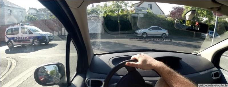 Je tourne à cette intersection et je roule à 13Km/h .