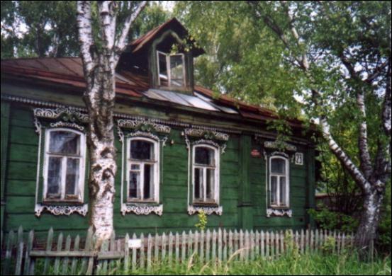 Comment se nomme cette maison traditionnelle russe construite en bois ?