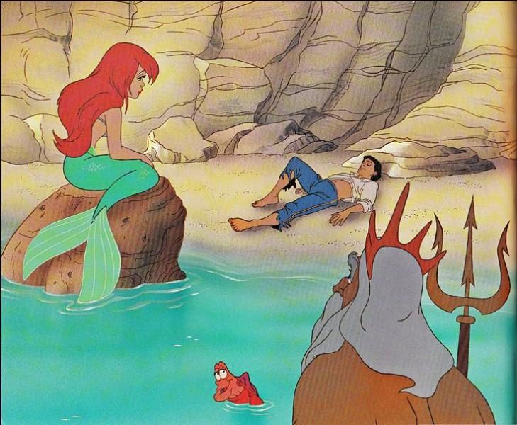 Malheureusement Ariel est redevenue une sirène, alors que fait le roi Triton pour faire le bonheur de sa fille ?
