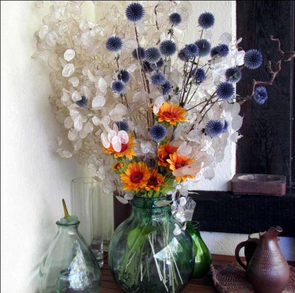Je vous demande le nom de deux des fleurs de ce bouquet d'automne (les blanches et les bleues) :