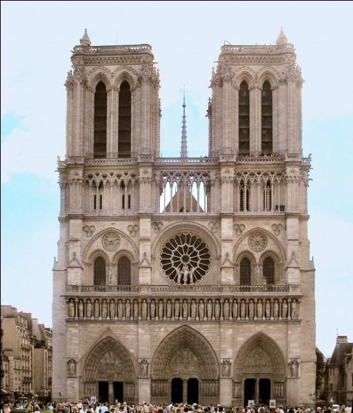 Cette magnifique cathédrale, dont la construction commença en 1163 et se termina en 1345, adopte un style gothique. Londres, Paris ou New York ?