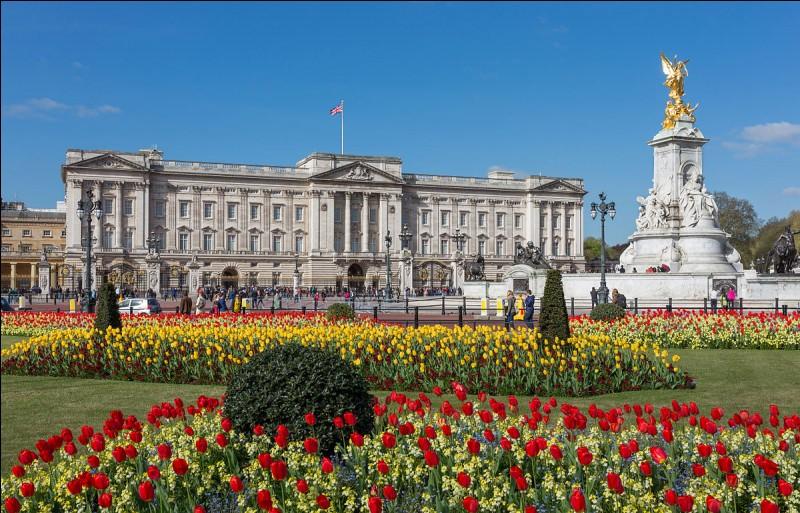 """Quel magnifique palais ! """"Ce château"""" fut construit entre 1703 et 1826 par les architectes Capt. William Winde, Sir John Nash et Edward Blore. Cette magnifique structure est de style néo-classicisme. Londres, Paris ou New York ?"""