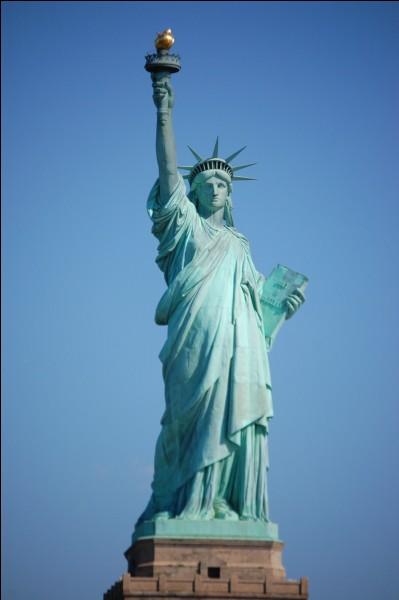 Cette statue est l'emblème de sa ville. Elle a été offerte par la France. Elle mesure 93 mètres (socle compris) et a été construite en 1886 par l'architecte Auguste Bartholdi et l'ingénieur Gustave Eiffel. Londres, Paris ou New York ?