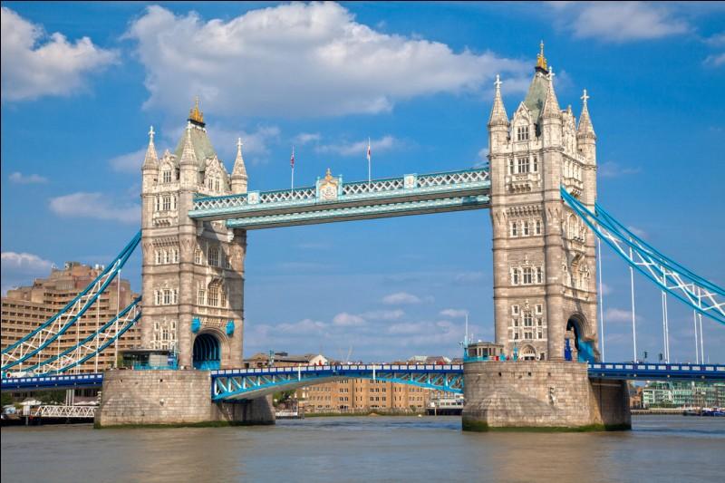La construction de ce magnifique pont à deux tours a débuté en 1886. Il est de style néogothique et ses deux tours mesurent 65 mètres de hauteur. Londres, Paris ou New York ?