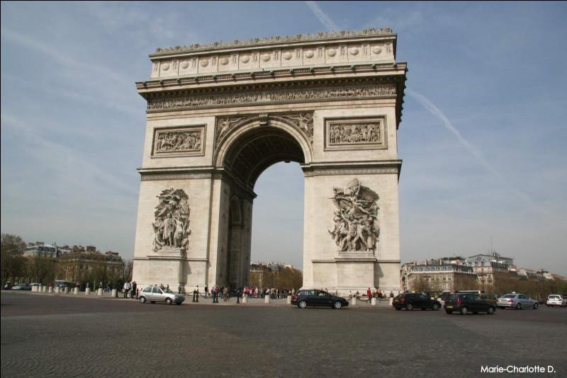 Mesurant 50 mètres, cette structure de style néoclassique a été construite entre 1806 et 1836 par l'architecte Jean-François-Thérèse Chalgrin. Londres, Paris ou New York ?