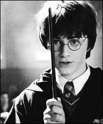 Où se trouve Harry la première fois qu'il entend une voix dans sa tête ?