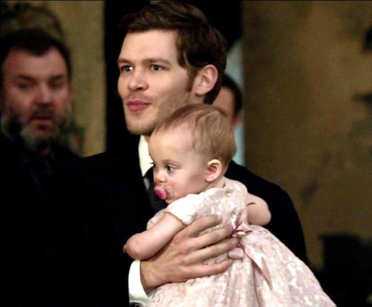 A qui Klaus confie-t-il son enfant ?