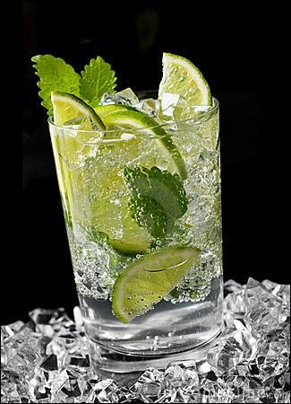 Quel cocktail servirez-vous après avoir mélangé rhum blanc, sucre de canne, eau gazeuse, citron et menthe fraîche ?