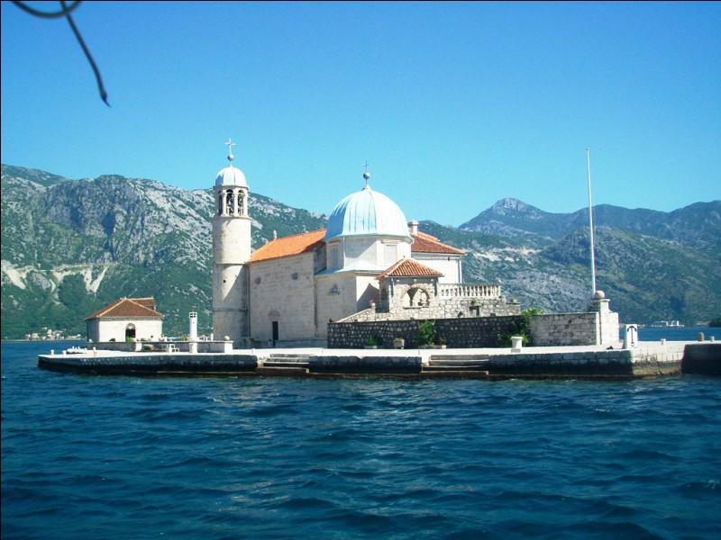 L'Église Notre-Dame-du-Rocher est tout-à-fait singulière car construite sur une île artificielle de la mer Adriatique, au beau milieu des bouches de Kotor. Où sommes-nous ?