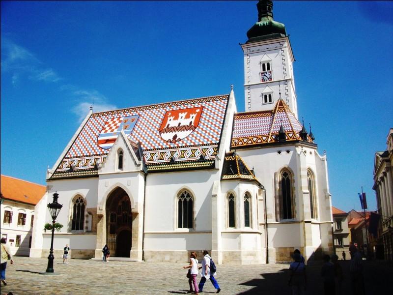 Le toit de cette église est magnifiquement décoré. Observez bien le damier rouge et blanc à gauche et vous me direz que nous nous trouvons :