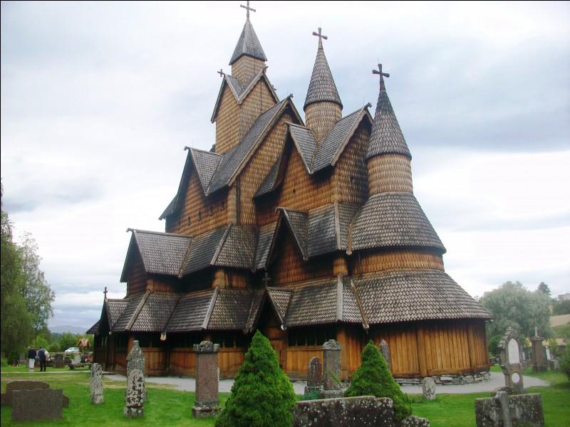 Les églises en bois debout sont typiques de l'architecture religieuse de ce pays, polythéiste jusqu'au onzième siècle avant d'être christianisé. Voici celle de Heddal. Quel est ce pays ?
