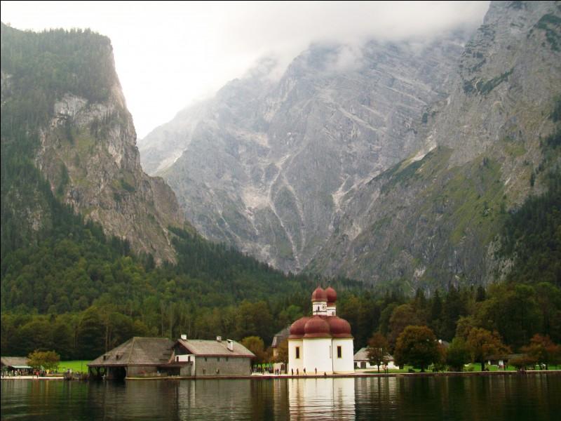 Cette charmante église se situe au milieu d'un paysage grandiose sur une presqu'île s'avançant dans le lac Königssee. Dans quel pays se situe-t-elle ?