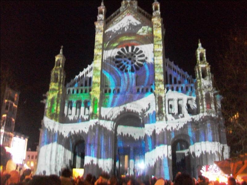 Chaque Noël, un spectacle son et lumière embrase la façade de l'église Sainte-Catherine à Bruxelles. En 2016, on a pu la voir recouverte de fleurs de cerisiers ou ensevelie sous un tsunami. Quel pays était mis à l'honneur à travers ce spectacle ?