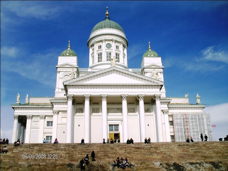 """Cette cathédrale luthérienne se situe dans une capitale bordée au sud par la mer Baltique. Quel est ce pays traversé par le cercle polaire arctique et surnommé """"pays des mille lacs"""" ?"""