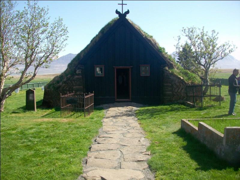 Voici la petite église traditionnelle de Víðimyri. Quel est ce pays où le luthéranisme est la religion d'État, ce qui n'empêche pas la majorité de la population de croire en l'existence des elfes ?