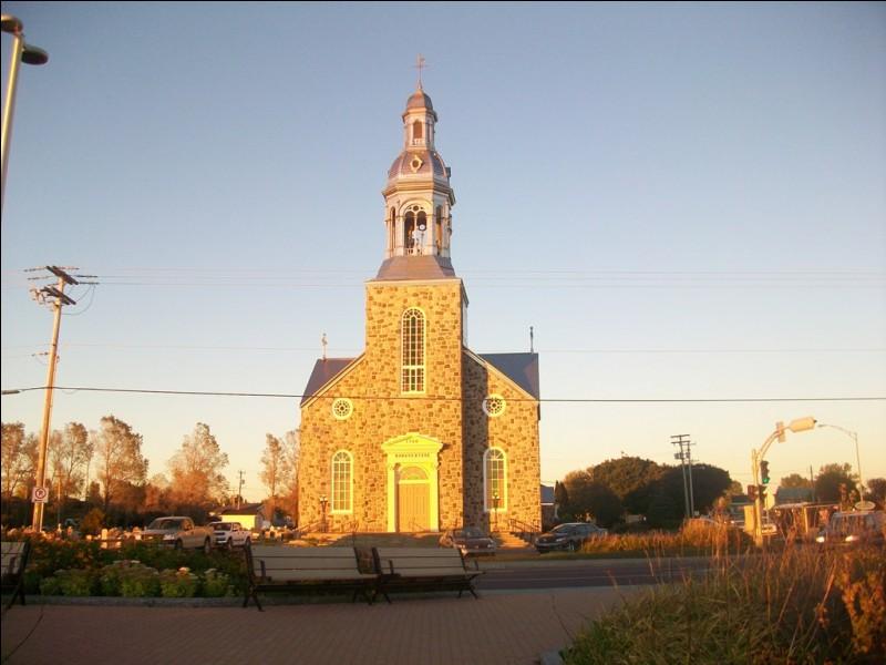 Le coucher du soleil illumine l'église de Bonaventure, village situé non loin de l'île du même nom, sur la côte sud de la péninsule gaspésienne. Quel est ce pays ?