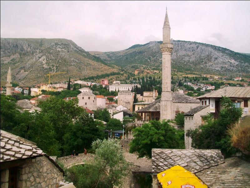 Ce minaret ne trompe pas. Nous sommes dans un pays à population majoritairement musulmane suite aux invasions ottomanes. Quel est-il ?