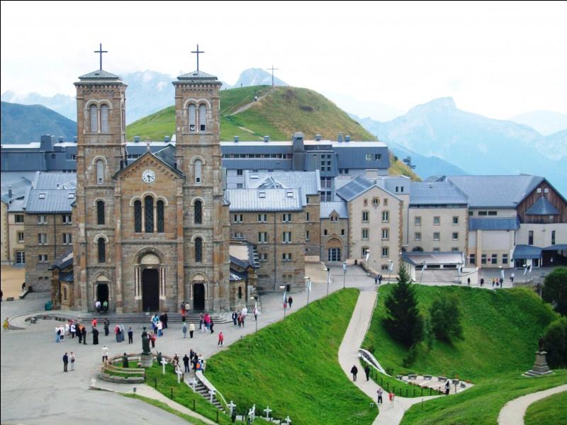 Revenons en France. Voici le sanctuaire de Notre-Dame de la Salette, construit suite à des récits relatant des apparitions de la Vierge à cet endroit. Dans quel département se situe-t-il ?