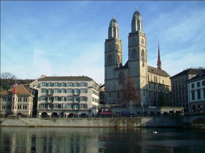 Si je vous dis que cette cathédrale se situe dans une ville traversée par la rivière Limmat et qui est la plus peuplée de son pays sans en être la capitale politique, vous me répondez que nous sommes :