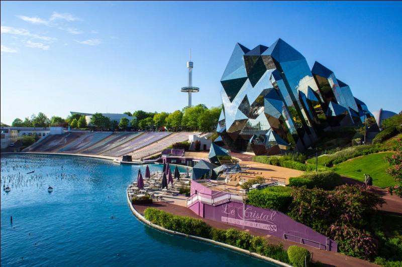 Ce parc a pour thème la technologie futuriste. Il s'agit du...