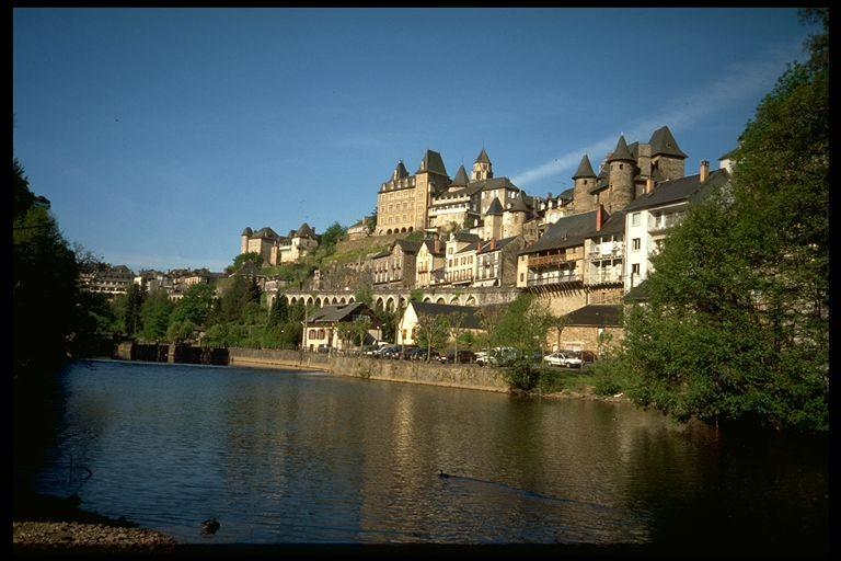 Uzerche près de laquelle se situe Saint-Ybard où Simone de Beauvoir passait ses vacances dans sa jeunesse se trouve dans :