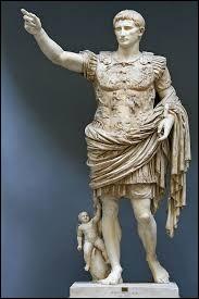 Comme la plupart des mois, son nom vient du latin. Qui le baptisa ainsi en l'honneur de l'empereur Auguste ayant régné en 8 avant J.-C. ?