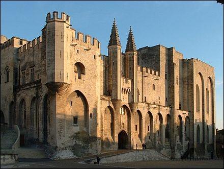 Dans quelle ville le pape et sa cour furent-ils installés de 1309 à 1378 ?