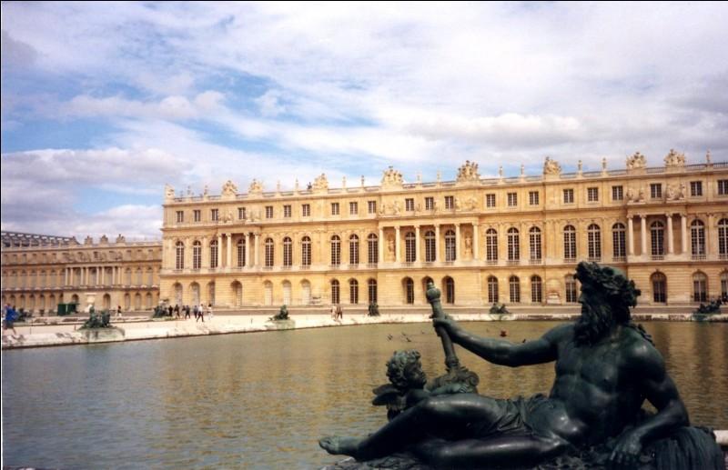 À l'origine, quel bâtiment se trouvait à la place du château de Versailles avant la construction de cette dernière ?