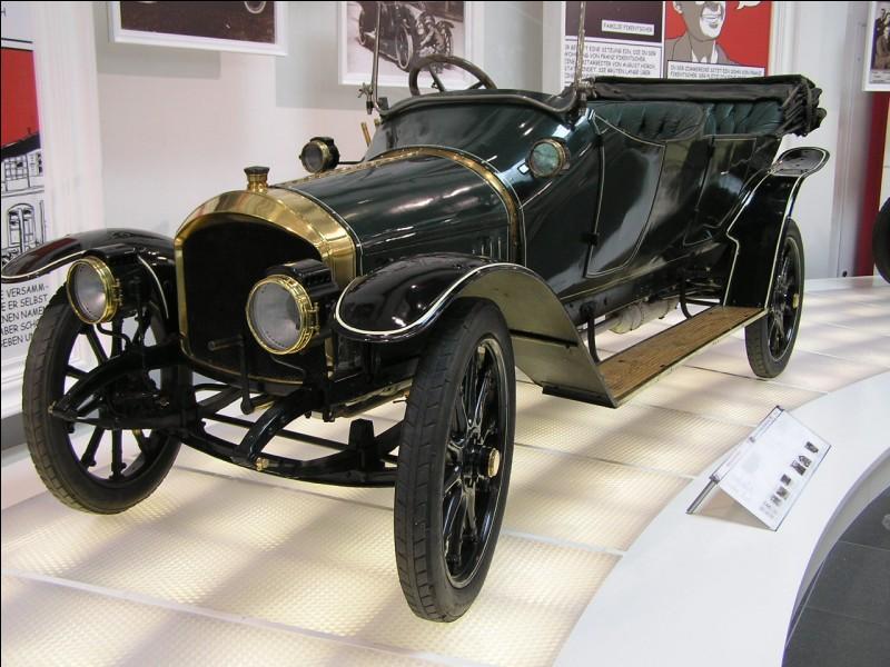 Je suis né en 1867 à Dearborn aux États-Unis et je suis mort en 1947 à Dearborn. En 1908, je produis la première voiture de grande série. Qui suis-je ?