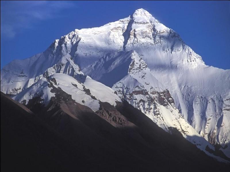 Nous sommes les deux premières personnes à avoir gravi l'Everest en 1953. Nous sommes respectivement Néo-Zélandais et Népalais. Qui sommes-nous ?