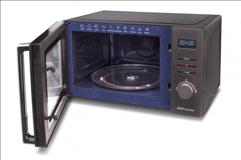 Je suis réputé pour avoir inventé le four à micro-ondes en 1945 et pour l'avoir commercialisé en 1953. Je suis Américain. Qui suis-je ?