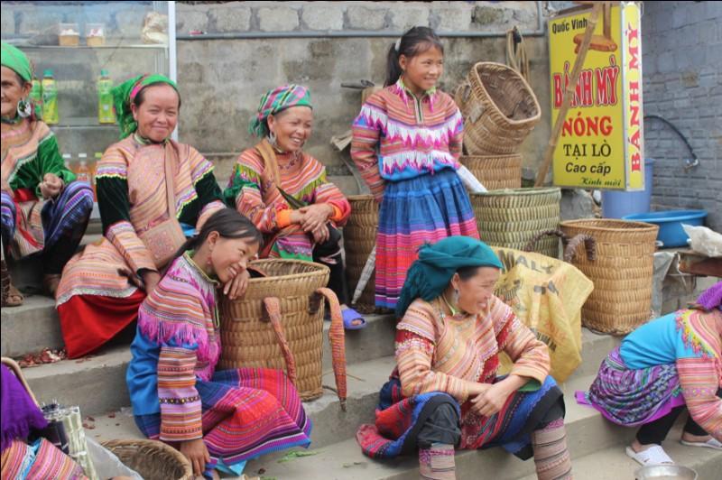 Dans quelle ville se déroule le célèbre marché ethnique dominical ?