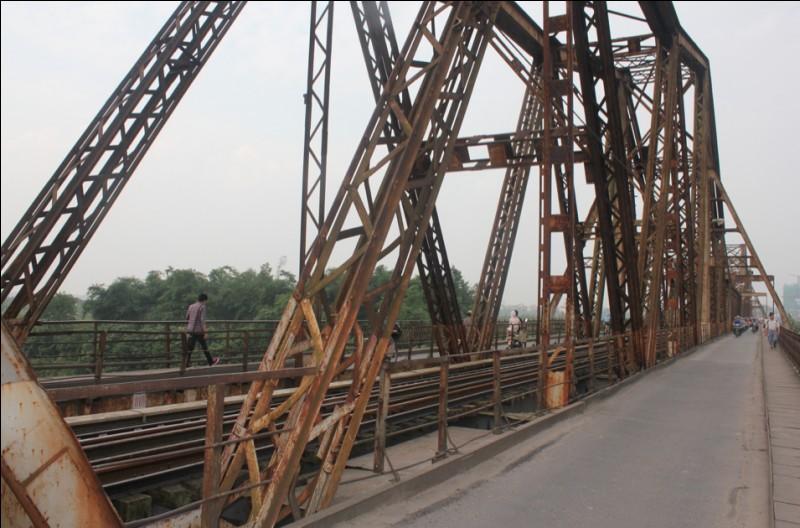 En quelle année fut mis en service le pont Paul Doumer sis à Hanoi, et toujours en fonctionnement ?