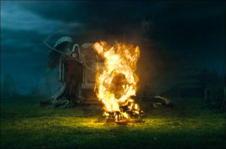 Arrivés dans le tristement célèbre cimetière, Harry Potter demande à Cédric Diggory de partir tout de suite. Lord Voldemort ordonne à Peter Pettigrow de tuer Cédric Diggory. Que fait ensuite le serviteur de Lord Voldemort pour le faire revenir ?