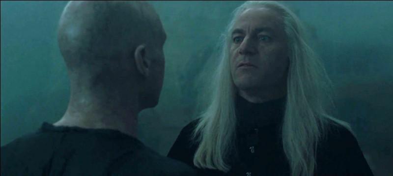 Lord Voldemort renaît et appelle tout de suite ses serviteurs grâce à la Marque des Ténèbres. Il se montre particulièrement sévère avec eux et les accuse de l'avoir délaissé. Quel Mangemort est alors réprimandé ?
